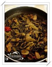 先把酸菜魚調料里的酸菜料包放入油鍋翻炒下.