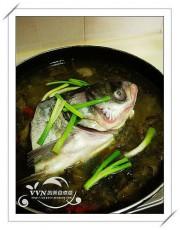 然后填湯,再放入味好的魚頭一起煮熟.扔幾段蔥進去一起煮~