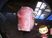 將坐臀肉洗凈,放開水中焯一下,去除血污,蒜拍成泥。將肉放冷水鍋中用大火燒開后,改用小火燜15~20min。