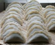 燙面團搟皮,加餡包成大餃子形