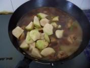 放入適量水,放入土豆,燉制,小火,20分鐘
