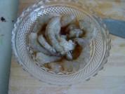 大蝦去除蝦線,洗凈,用料酒和鹽稍腌一會。