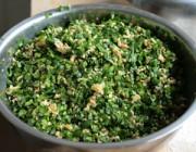 韭菜、虾皮、鸡蛋、盐、五香粉、香油拌成馅