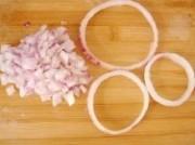 将洋葱横切一道,留几个圈圈待用,剩余洋葱切末.