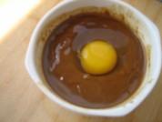 鸡蛋打入调好的稀大酱里面。