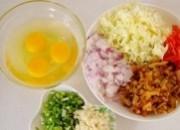 榨菜,红椒,包菜,葱,蒜均切末,鸡蛋打发.